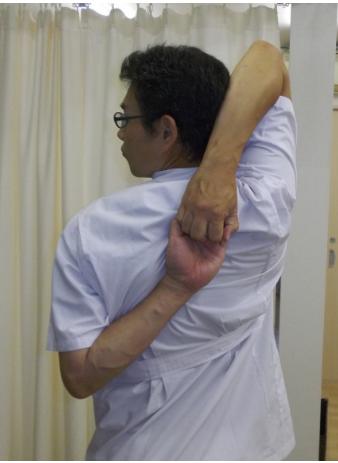 後ろで手を組む肩の柔軟体操