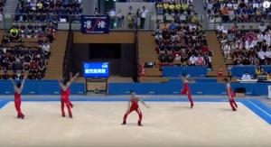 新体操団体は、6人で3分間床の演技をします。