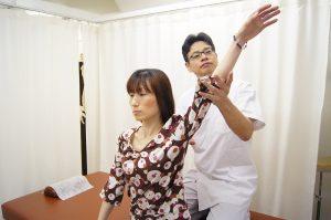 手を上げて肩の検査