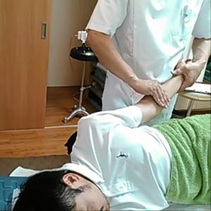 キーボードを打ち続けたりすると前腕筋が緊張してきます。親指を四指で挟むようにほぐしていく筋膜グリップテクニックです。