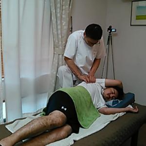 肩甲骨の裏側にある肩甲下筋をほぐすマッサージ。滅多に触ってもらうことがない筋肉ですが当院では見逃しません。少し痛いくらいに抑えることになりますが肩こりに特効です。