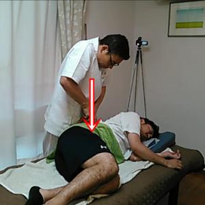 ぎっくり腰の時に肉離れになる腰方形筋をほぐしています。インナーマッスルの大腰筋と腰方形筋との境目に人差し指と中指を入れ込んで滑りを良くしています。