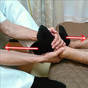 捻挫を繰り返して癖になり古傷として残ってしまった足首は関節が詰まってしまっています。足を牽引して詰まりを取ります。左足は押し上げる様にして右足を足の甲と踵を合わせて牽引します。コンっと音が鳴って矯正される人もいます。中には股関節が抜けるような感じになる人もいます。もちろん抜けませんが(笑)