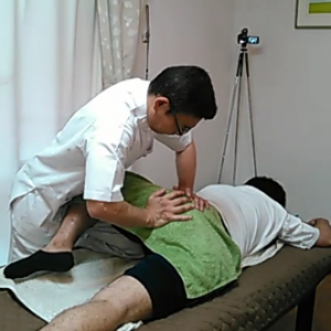 骨盤の関節に動きをつけるマニュプレーション。骨盤矯正の一種です。膝を持ち上げることで股関節が弛緩しほぐしやすくなります。足が反らしやすくなります。