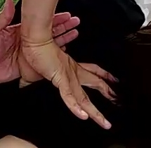 親指をすっぱりと肩甲骨裏に突き刺す