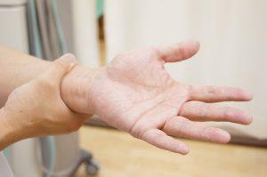手シビレ指