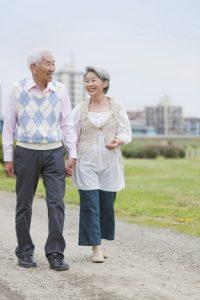 高齢者歩く歩行散歩