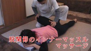 股関節を曲げて膝を床から持ち上げた状態で殿筋から腰部の筋肉をもみほぐしていきます。身体の硬い人は内転筋が突っ張りますが、股関節を外側に捻じる外旋六筋という坐骨神経と密接なつながりにある筋肉が緩和されるので深部までほぐしが行き届きます。