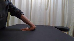 指を伸ばして手首を曲げ前腕屈筋群のストレッチ
