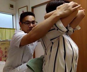 腕を組んだまま肘を閉じます