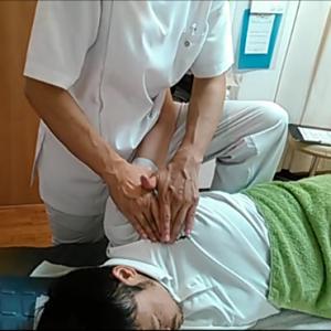 大胸筋の筋膜リリース。猫背の人に多い大胸筋の萎縮を筋膜リリースで伸ばしていきます。腕に近づくとコリっと引っ掛かる箇所もあり丁寧にほぐします。よりストレッチ効果を上げるために、腕は私の脚と胴で肘を開くようにして固定しています。