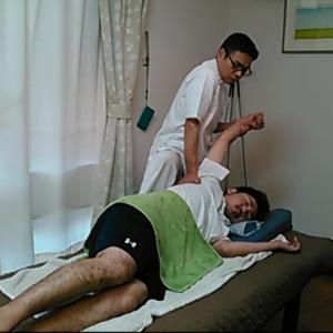 広背筋の筋膜リリース。骨盤から肩甲骨にかけて大きな筋肉である広背筋を伸ばしています。