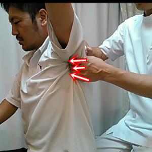 上腕骨の先っぽと肩甲骨の先っぽの調整。下がり気味な場所なので押し上げます。すこしいたいですが、肩が回しやすくなります。