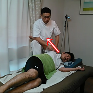 各筋肉をほぐしていきながら、腕も全体に牽引して関節に遊びをつけます。右足で体幹を固定して腕を引っ張っています。ルフィーニ小体という感覚受容器を刺激して弛緩させる難しいテクニックも入っています。