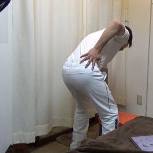 身体起こし腰痛腰に手を当てる屈む