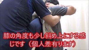 背骨矯正のやり方狙う矯正の角度も両膝の時よりも斜め上に