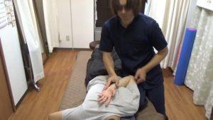 長野県松本市肩こりに肩甲骨はがしで手が背中で肩甲骨を触る