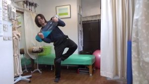 タイカンストリームを使った筋トレ片足のバランストレーニング
