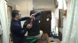 富山県肩甲骨はがし猫背矯正背中で指をつける