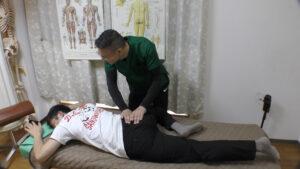 骨盤横の筋肉を押すと激痛でタップアウト