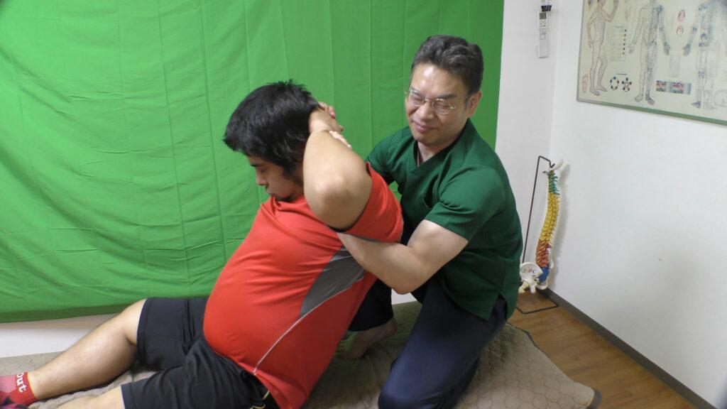 片膝の背骨矯正